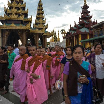 Pagoda Shwedagon -  Siamo arrivati in Myanmar il primo giorno dell'anno! (per noi il 17 aprile), ci siamo ritrovati così a camminare in una Yangon in festa e visitare la Pagoda Shwedagon (la pagoda buddista più sacra per i birmani) avvolti e storditi da una quantità incredibile di persone in pellegrinaggio. Una multitudine di colori, fiori, incensi, ceri, stupa dorati, Buddha in piedi, Buddha straiati, monaci, monache, bambini….