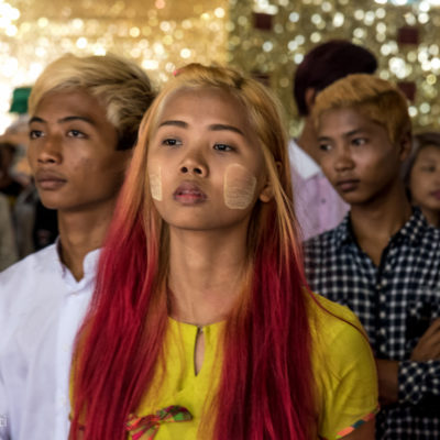 I ragazzi di Yangon I ragazzi di Yangon sono colorati. Il loro aspetto è un mix di modernità e tradizione: capelli coloratissimi, cellulare sempre in mano pronti a farsi selfie ma rigorosamente in longy (gonna birmana che usano sia gli uomini che donne).