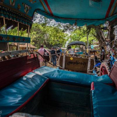 I carretti di Ava- Il giro tra i vecchi monasteri di Ava l'abbiamo fatto su dei vecchi carretti trainati da cavalli… Autisti scatenati e venditori di campanelle di hanno accompagnato