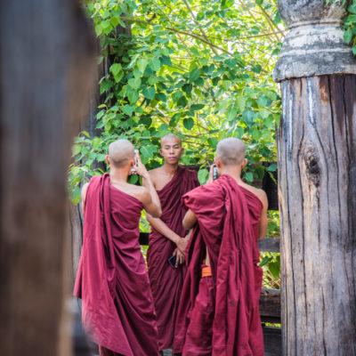 Monaci e selfie - monastero di BagayaInnwa I cellulari in Myanmar sono usatissimi…sono sempre li che si fanno selfie o foto, anche noi siamo stati fermati tantissime volte con la richiesta di farci foto con loro o con la famiglia al completo. Non sono esenti monaci e monache…. In povertà ma con il cellulare.. come si può notare nella foto fatta nel vecchio monastero di BagayaInnwa nella zona di Ava (Mandalay).