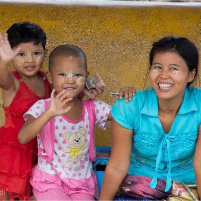 Città di Yangon (foto dal treno): la bellezza del Myanmar passa attraverso i sorrisi delle persone. Un incrocio di sguardi, un saluto (ta-tà) bastano per ricevere un sorriso.