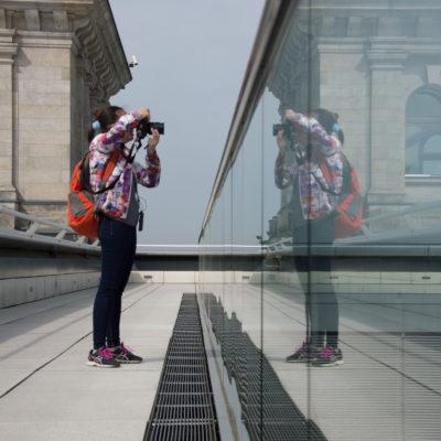 Adriana fotografa la cupola del Reichstag, foto di Sara Gobbo