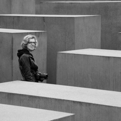 Sara nel memoriale dell'Olocausto, foto di Riccardo Ceppa