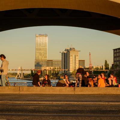 Persone sotto l'Oberbaum Bridge, foto di Adriana Oberto