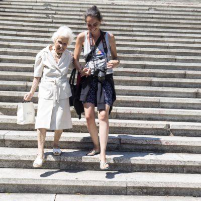Irene accompagna una vecchiaia per le scale
