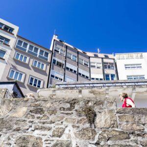 Signora risale le scale verso il centro di Malpica