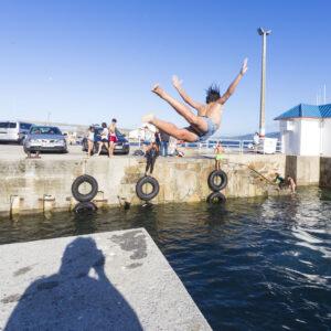 Porto di Malpica, un ragazzo si tuffa, ma mia ombra incombe