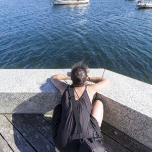 Irene fotografa barchette al Porto di Muxia
