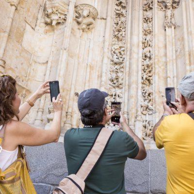 Vacanceros fotografano un portale della Cattedrale di Salamanca
