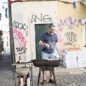 Uomo cucina per strada - Mourari