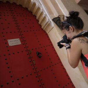 Silvia fotografa una porta
