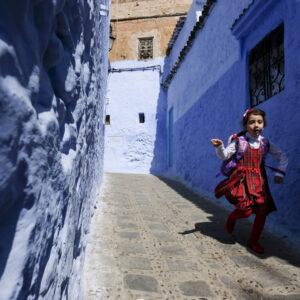 Bimba corre tra le vie della Medina