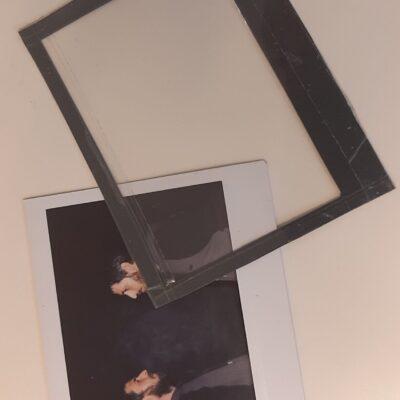Acetato trasparente insieme a doppia esposizione su fondo nero.